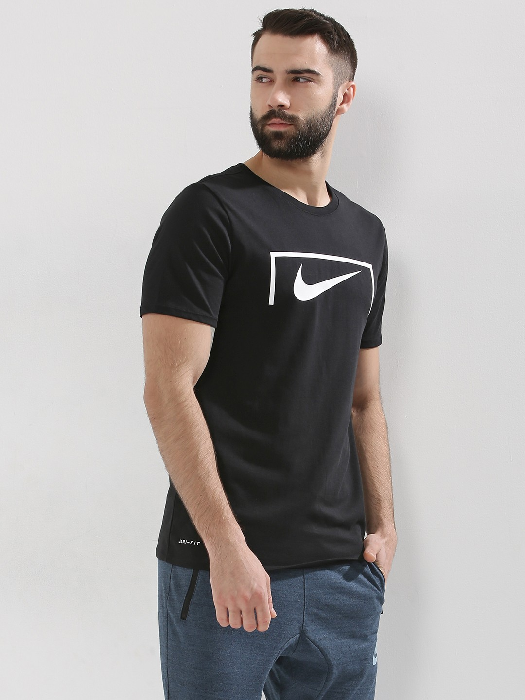 Buy nike swoosh logo t shirt for men men 39 s black t for Nike swoosh logo t shirt